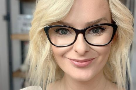"""""""Blisko połowa nastolatek nie akceptuje swoich piersi"""" - mówi Izabela Sakutova, inicjatorka biustopozytywnego programu edukacyjnego w polskich szkołach"""