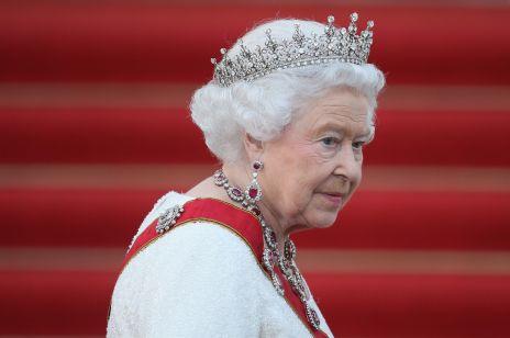 Królowa Elżbieta II po raz pierwszy w maseczce od początku pandemii. To zdjęcie jest HITEM Internetu!