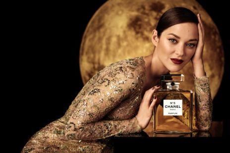 Perfumy Chanel No. 5 i Marion Cotillard lądują na Księżycu. Nowa reklama Chanel poprawiła nam dziś nastrój!