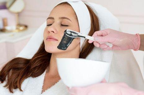 Oczyszczanie twarzy u kosmetyczki – najlepsza metoda na pozbycie się zaskórników i niedoskonałości. Co musisz o niej wiedzieć?