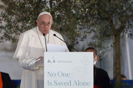 """Papież Franciszek zaapelował: """"musimy zrobić więcej dla godności każdej kobiety"""". Czy mówił o Polsce?"""