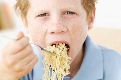Przerażające dane UNICEF: Zupki chińskie to podstawa dziecięcej diety? To tania i smaczna trucizna!