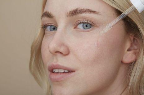 Dermokosmetyki dla skóry trądzikowej – 10 produktów, które łagodzą objawy i regulują wydzielanie sebum
