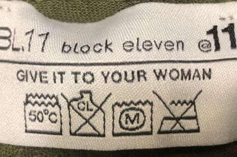 """Kobiety oburzone napisem """"Daj to swojej kobiecie"""" na metce męskich spodni. Firma przeprasza za żart"""