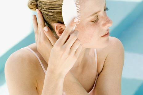 Łupież, czy sucha skóra głowy? Tych objawów nie powinnaś lekceważyć