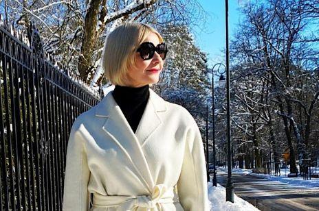 Małgorzata Kożuchowska z modną torebką na wiosnę POUCH BAG i w białym płaszczu. Ta stylizacja to mistrzostwo świata!