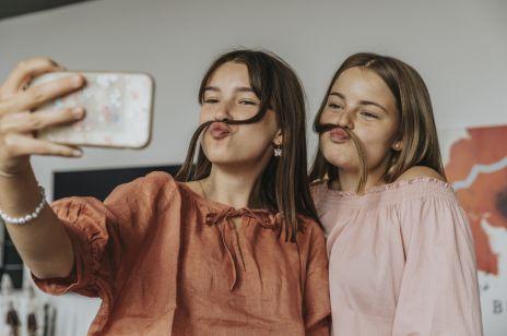 """""""Aspiracje dziewczynek w Polsce"""" to kariera na YouTube, Instagramie i TikToku. Sławną w sieci chciałaby być niemal połowa badanych"""
