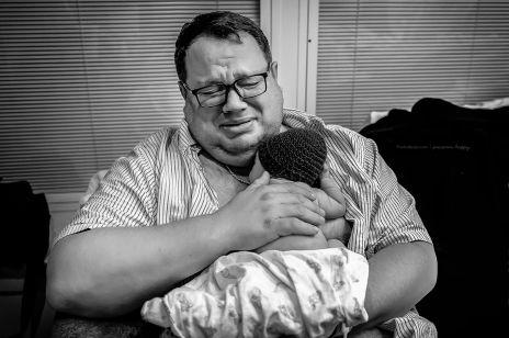"""Świat obiegło wzruszające zdjęcie. Fotografka uwieczniła reakcję ojca po narodzinach """"tęczowego dziecka"""""""