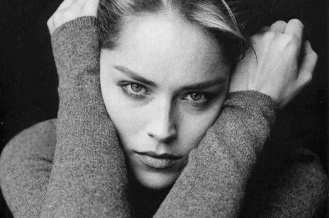 """63-letnia Sharon Stone opowiada o tym, jak """"Nagi Instynkt"""" prawie ją załamał.  Aktorka po latach wyznała, że reżyser filmu ją oszukał"""