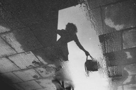 Studentka oblana kwasem na podjeździe swojego domu. Kobieta walczy o życie w szpitalu
