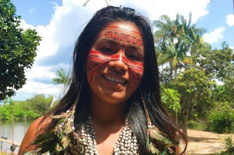 Jest mieszkanką amazońskiej dżungli i..tiktokerką! W Internecie pokazuje, jak naprawdę wygląda życie w plemieniu