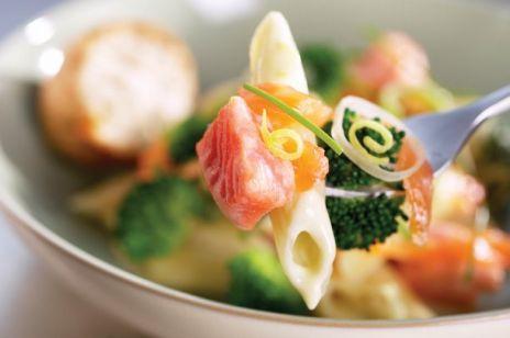 Makaron z łososiem norweskim, brokułami w sosie śmietanowym