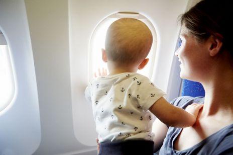 Steward uspokoił płaczące dziecko w kilka sekund. To nagranie stało się viralem