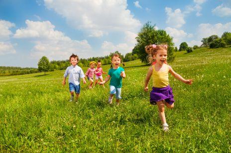 Dzieci biegają po łące