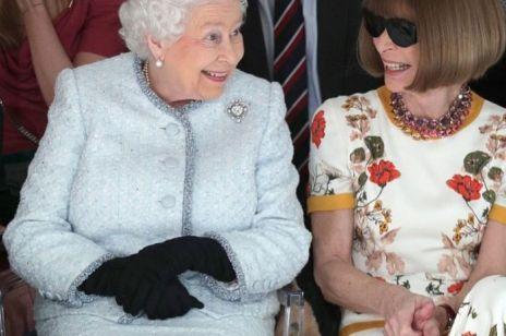 Królowa Elżbieta po raz PIERWSZY na pokazie mody
