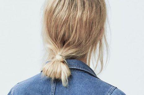 Luźne upięcia: niski kucyk zawinięty pasmem włosów