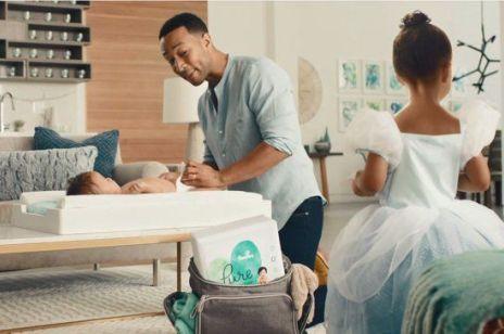Najlepsza reklama ojcostwa: John Legend zmienia pieluchy w reklamie Pampers