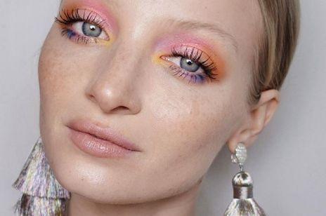 Makijaż oka na wiosnę 2019: tęczowe powieki