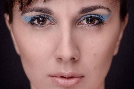 Kobiety malują niebieską kreskę na powiece: nie chodzi o trend w makijażu, tylko o ważną akcję