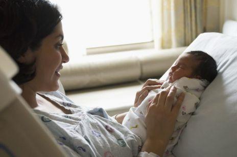 W tym wieku kobiety najczęściej rodzą pierwsze dziecko: nowe badania