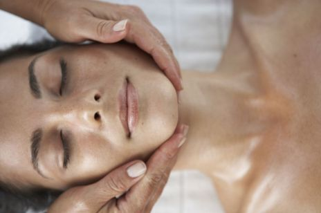Masaż twarzy – najprzyjemniejszy sposób na jędrną skórę bez zmarszczek