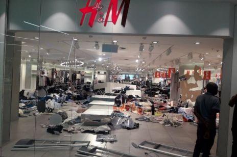 ZNISZCZONE sklepy H&M: to efekt kontrowersyjnej reklamy