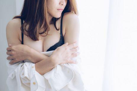 Ten film miał zachęcać do badania piersi, a Facebook uznał go za pornografię