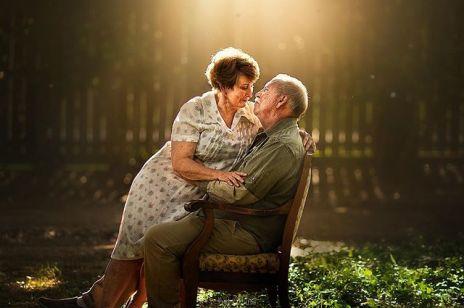Ta fotografka prosi starsze pary o pozowanie do romantycznej sesji. Efekty jej pracy was poruszą