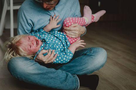 """""""Klaps, krzyk, gniew"""" to nie są niewinne metody wychowawcze. Eksperci ostrzegają"""