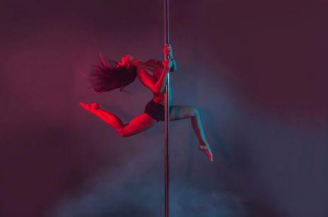 Pole dance może ćwiczyć każda kobieta? Od czego zacząć zajęcia?