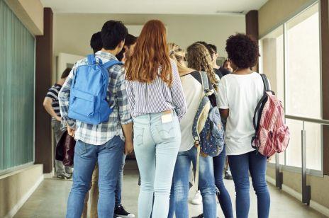 Przepełnione licea, na korytarzach nie da się przejść - szokujący film!