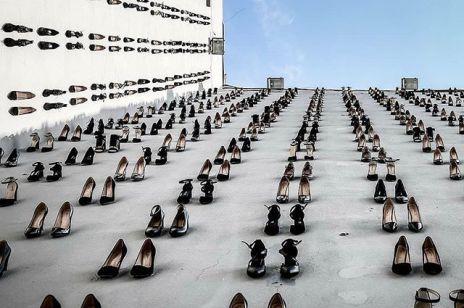 Setki czarnych szpilek na budynku. Przejmująca instalacja niesie ze sobą ważny przekaz