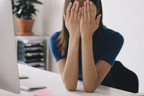 Ta choroba skóry sprawia, że gorzej idzie nam w pracy. O co chodzi i jak ją leczyć?