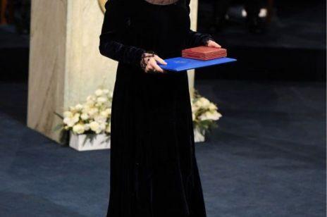 """Suknia Olgi Tokarczuk to """"ukłon w stronę sufrażystek"""". Noblistka z ważnym przesłaniem dla kobiet"""