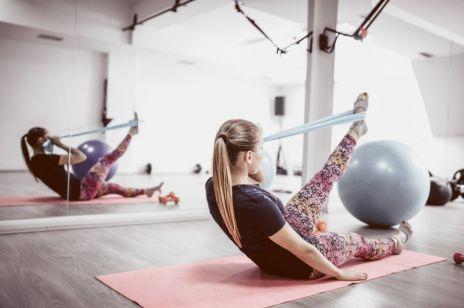Ćwiczenia z gumą na brzuch, uda i posladki, które wykonasz w domu - sprawdź