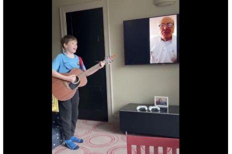 Wzruszające nagranie dziadka i wnuczka - nawet kwarantanna nie jest w stanie ich rozdzielić