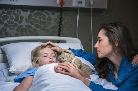 Szpitale zabraniają rodzicom przebywać z dziećmi: ruszyła akcja #zostanzemna