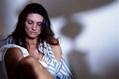 Hasło, które ratuje życie. Francja wprowadza program dla ofiar przemocy domowej podczas kwarantanny