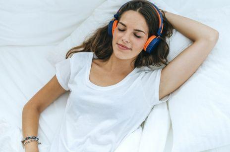 Szepty, stukanie, mruczenie - te dziwne filmiki są hitem na stres. Co to jest ASMR?