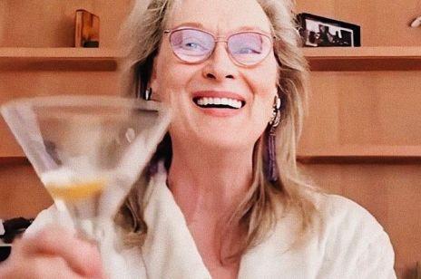 Jak Meryl Streep spędza kwarantannę? W szlafroku popija drinka i śpiewa - ten film jest hitem Instagrama