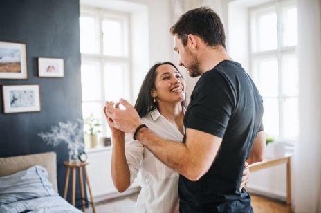 Prezent na rocznicę ślubu: co kupić na prezent w zależności od stażu małżeństwa?