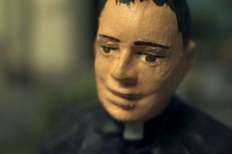 """""""Zabawa w chowanego"""" w telewizji: kiedy i gdzie obejrzymy film braci Siekielskich o pedofilii w kościele?"""