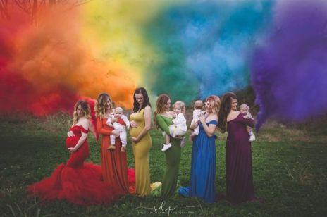 """""""Tęczowe dzieci"""" i ich mamy w niezwykłym projekcie fotografki: historie tych kobiet poruszają"""