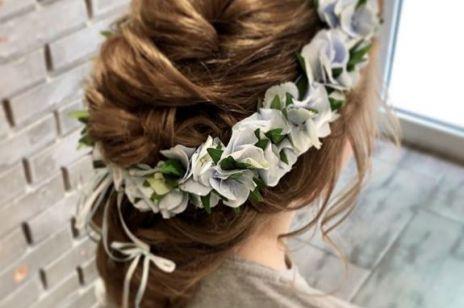 Fryzury komunijne dla dziewczynek: fryzury z wiankiem, warkocze, koki i inne inspiracje z Instagrama