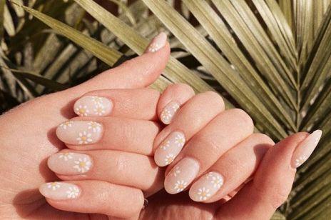 Daisy nails - modny wzór na paznokcie 2020. Jak wykonać daisy manicure?