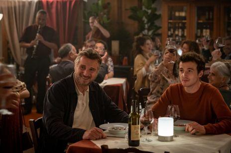 """Liam Neeson i jego syn rozliczają się z osobistej tragedii sprzed 11 lat w uroczej komedii """"Włoskie wakacje"""""""