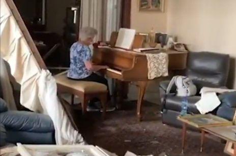 Staruszka zaczęła grać na pianinie w zniszczonym po wybuchu mieszkaniu - to nagranie stało się wiralem