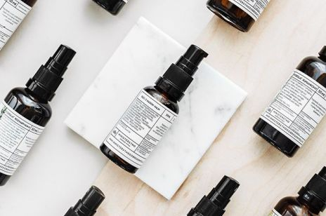 5 olejków do twarzy, które pomogą na zmarszczki, trądzik i inne problemy skórne
