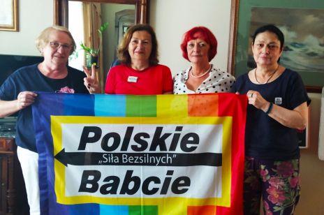 Polskie Babcie z ich flagą.