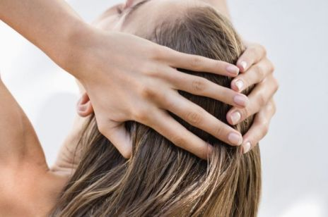 Trądzik skóry głowy: skąd się bierze i jak się pozbyć wyprysków we włosach?